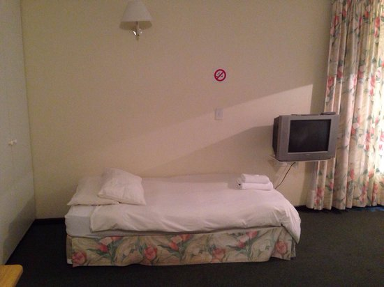 Bayview Hotel: The bed with creaky mattress