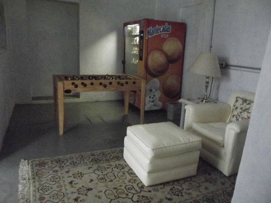 Casa San Ildefonso Hostal: Games, snack machine.