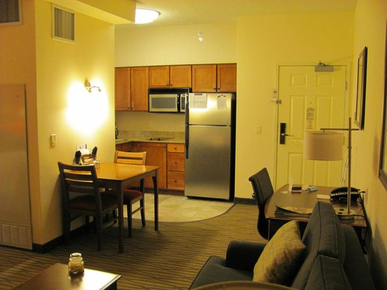 Residence Inn Denver City Center: View of kitchen/dining area