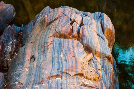 Gunlom Waterfall Creek: great colourful rocks