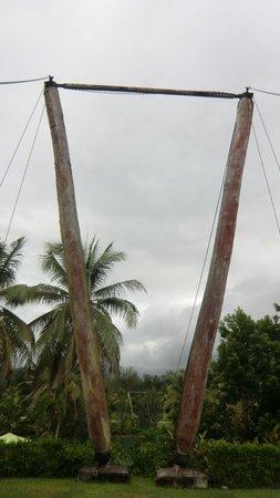 Holiday Inn Resort Vanuatu : Les anciens poteaux du pont suspendu