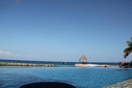 Vivanta by Taj Coral Reef Maldives : The pool that overlooks the lagoon and Ocean