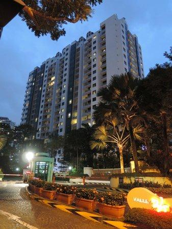 Fraser Suites Singapore: 夜のホテル