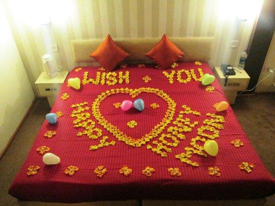 Honeymoon Inn Manali: Honeymoon Special Flower Decoration