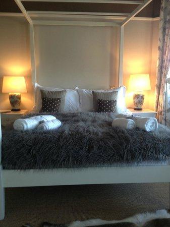 Grays Boutique B&B: Cosy bedding.