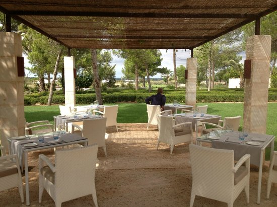 Fontsanta Hotel, Thermal Spa & Wellness: Outdoor restaurant set up for breakfast