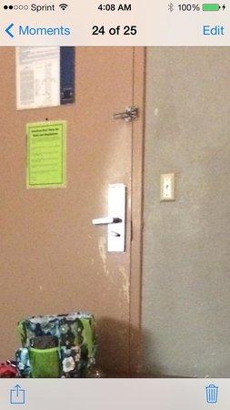 Americas Best Value Inn Hinesville - Ft. Stewart: The none functioning door locks. And bad paint job!