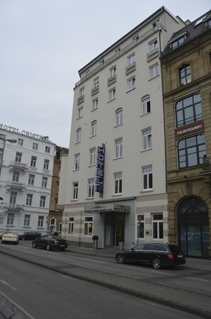 Hotel Hamburger Hof: view of hotel as you walk from Hbf