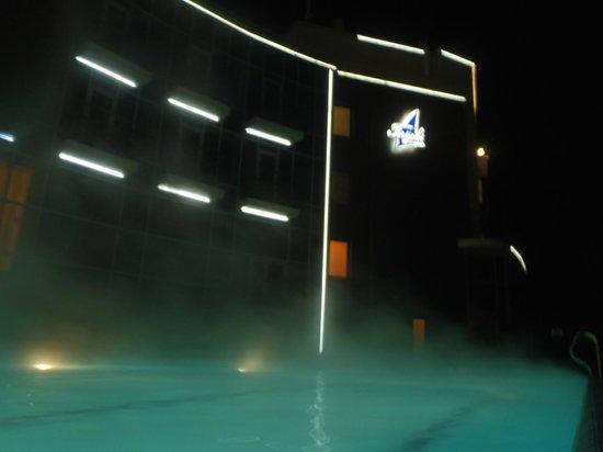 Terijoki Hotel & SPA: Вид из бассейна на отель (поздний вечер, мороз, вода очень теплая)