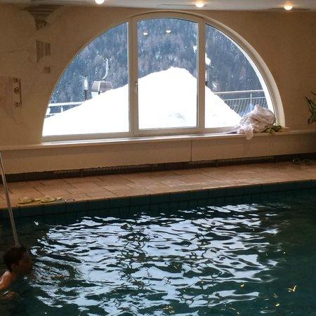 Hotel Kristall: piscina con vista sulla valle