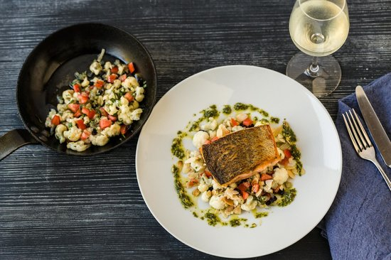 Spicers Balfour Hotel: Pan fried salmon, fennel, cauliflower, almonds, currants with sorrel pesto