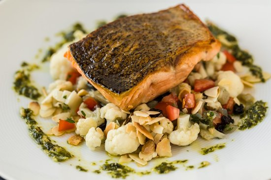 Spicers Balfour Hotel: Pan fried salmon with fennel, cauliflower, almonds, currants and sorrel pesto