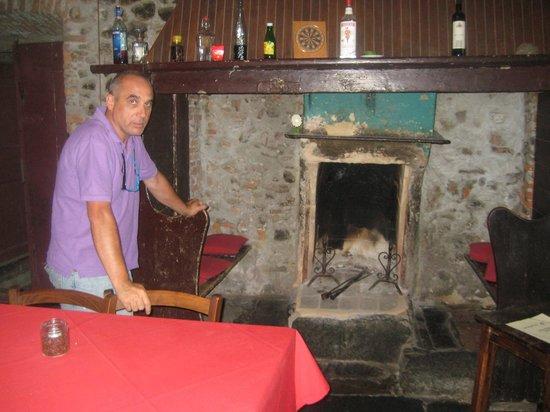Cascina Mirandola: Il proprietario Norberto Festo davanti all'antico camino