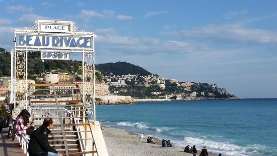 Mercure Nice Promenade des Anglais: Beach area in front of hotel