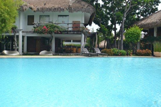 Bluewater Maribago Beach Resort: Pool area
