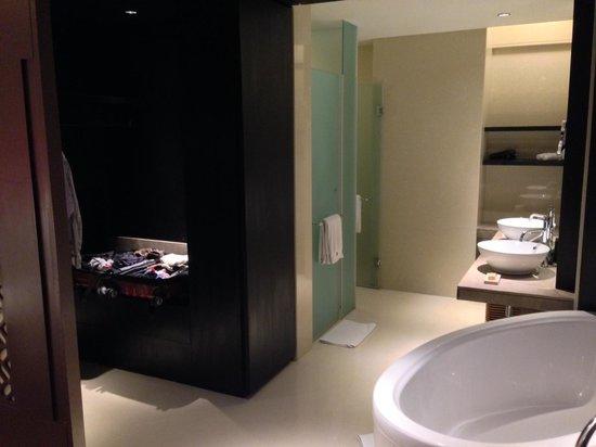 The Westin Hyderabad Mindspace : Suite Bathroom