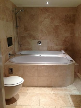 Signature Living Hotel: Jaqcuzi and normal bath... his and hers ��