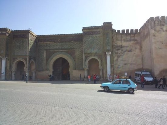 Bab Mansour Gate: 遠くからの門の全体