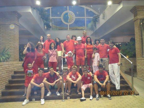 Playaluna Hotel: Familia en la entrada del hotel