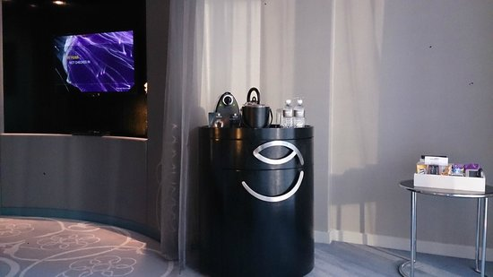 W Doha Hotel & Residences: TV, Nespresso machine, tea maker