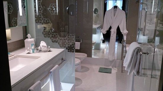 W Doha Hotel & Residences: Bathroom