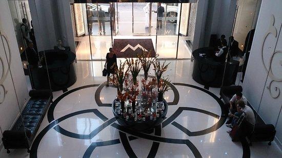 W Doha Hotel & Residences: Lobby, picture taken from Mezzanine Level