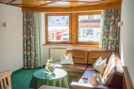 Haus Gurgl: Suite – Wohnbereich mit Sitzgelegenheit