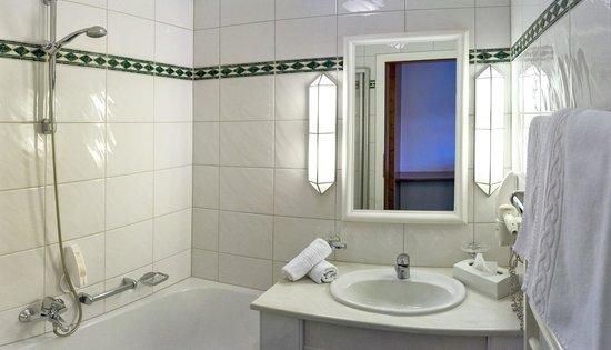 badezimmer mit badewanne und duschvorrichtung bild von haus gurgl obergurgl tripadvisor. Black Bedroom Furniture Sets. Home Design Ideas