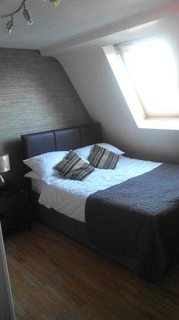 Aviva Studio Apartments: habitació matrimoni part del darrera