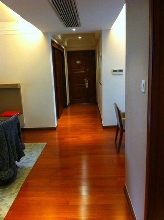 Lanson Place Jin Qiao Serviced Residences: nice and wide corridor to the door