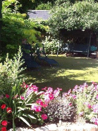 White Cottage B&B: Garden