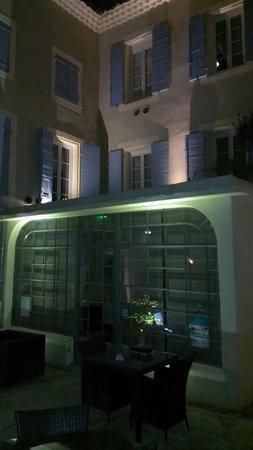 La Margelle : la façade de nuit
