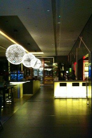 Pullman London St Pancras Hotel: красивые люстры в лобби