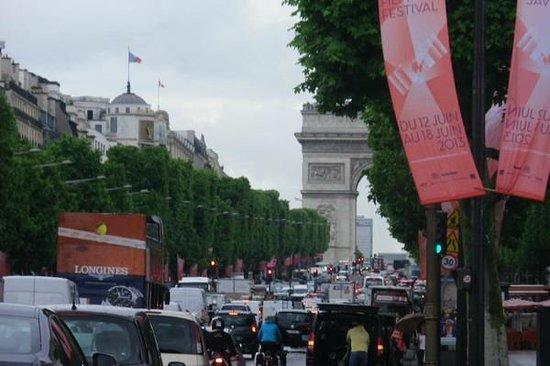 Champs-Élysées : heavy traffic