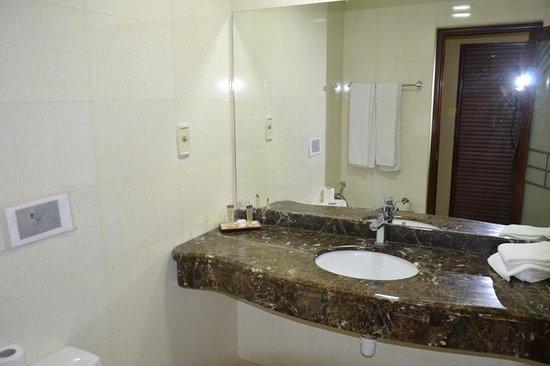 Mosaic City Hotel: Bathroom