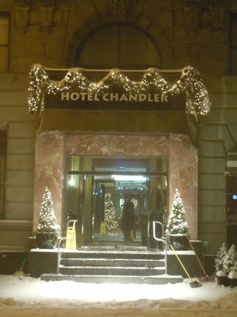Hotel Chandler: Entrée hôtel après une tempête de neige