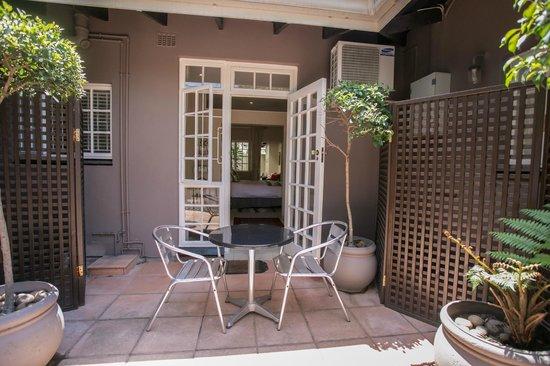 Westville Bed & Breakfast: Behrens Room Courtyard
