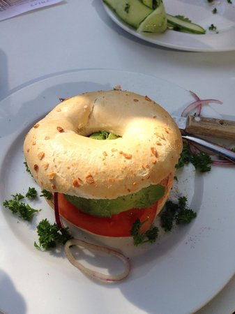 Bagel Bakery & Burgers: Bagel with avocado & tomato