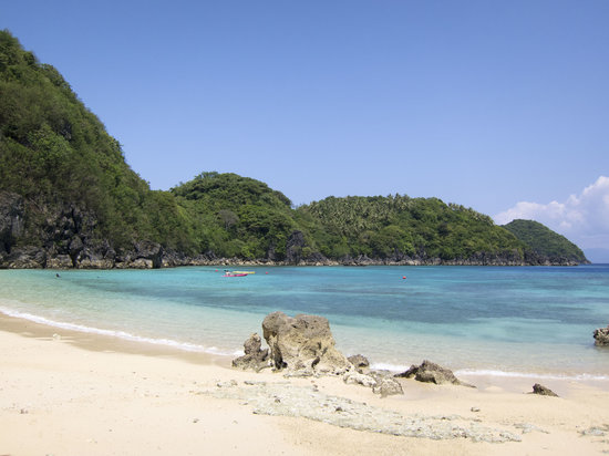 Tugawe Cove Resort: Private beach with white sand and turquoise water