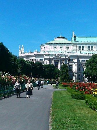 Volksgarten: 後方是宮廷劇院