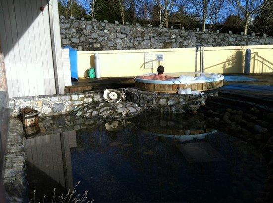 Radisson Blu Hotel & Spa, Galway: der Außenbereich des Spas, im Vordergrund der kleine verschmutzte Teich