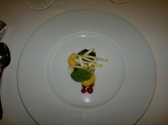 Ciruelas rellenas de crema de almendra - Restaurante EL SERBAL (Santander)