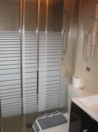 Adonis Hotel: Bath