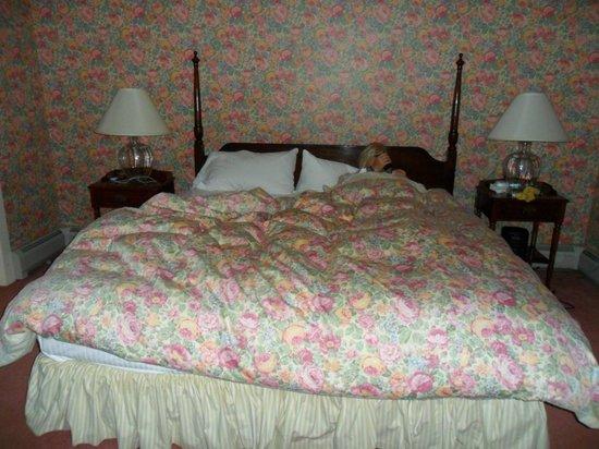 Inn at Sawmill Farm: Comfortable bed