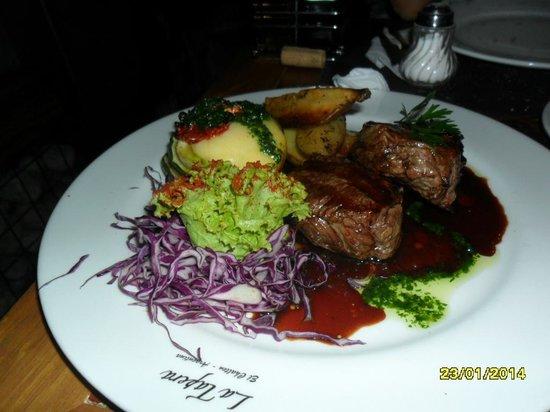 La Tapera: Filé ao molho de malbec com torre de vegetais e batatas rústicas, nham, nham