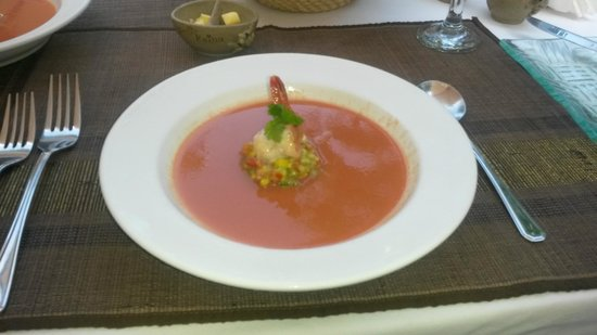 Villa Kaina: Chilled tomato soup with prawns. Awesome!
