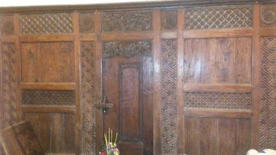 Villa Kaina: This is the ornate door that separates the room next door just in case you need both rooms.