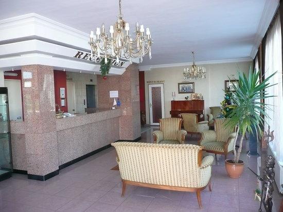 Airport Hotel Consul: Reception/Lobby