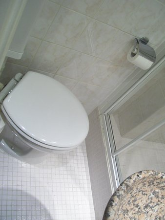 Hotel Gavarni: tiny bathroom