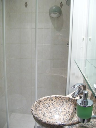 Hotel Gavarni: the shower for one person (at most)
